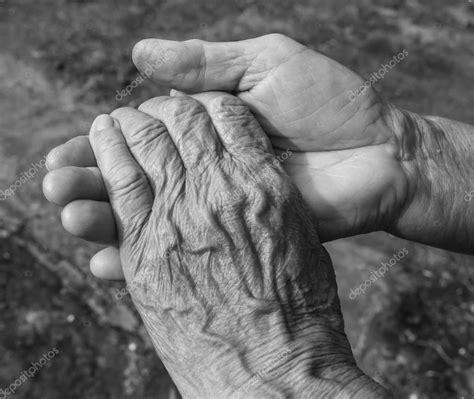 imagenes blanco y negro manos primer plano de tenencia de pareja de ancianos manos