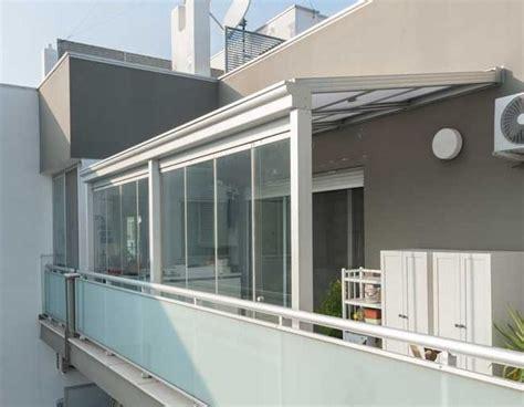 terrazzi chiusi con vetrate vetrate frangivento tutto vetro tende trasparenti antivento