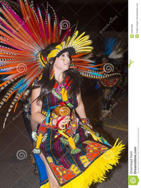 imagenes de vestidos aztecas ceremonial indio entre tribus de gallup foto editorial