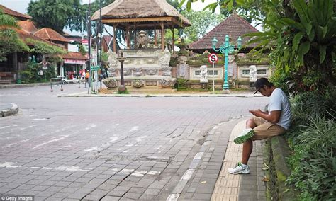 earthquake ubud bali busy streets of bali are reduced to eerie ghost town