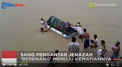 detik video ui video detik detik pengantar jenazah tewas saat sebrangi