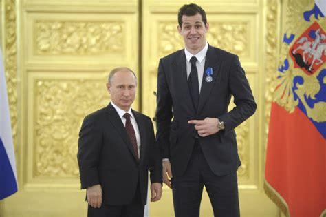 short vladimir putin pictures evgeni malkin poses for hilariously awkward photo with
