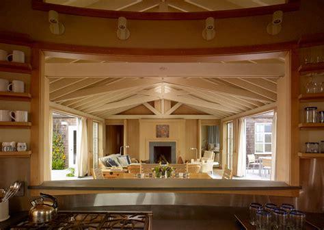 salon z kominkiem blog designbywomen kuchnia z fantastycznym widokiem na salon pomysł do