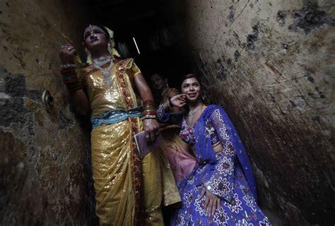 hijras eunuchs of india india eunuchs mourn dead after fire tragedy kills 15