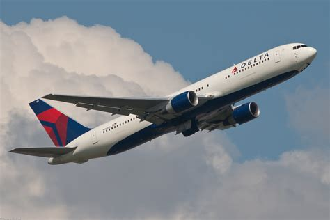 delta airlines baggage fees delta air lines makes profit off bag fees good for them airlinereporter com
