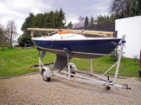 ynling zeilboot offenes kielboot typ quot mustang quot auf dem trailer fr 252 hjahr