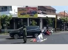 Viral: Soldier guards woman praying in the middle of the ... Jakarta Greater Facebook