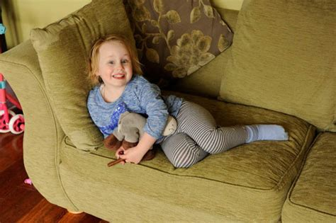 Sofa Balita waduh ada balita yang doyan makan sofa dan karpet