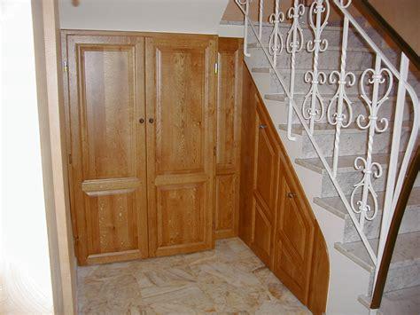 Charmant Amenagement De Placard De Cuisine #3: Am%C3%A9nagement-sous-escalier-portes-en-ch%C3%AAn-teint%C3%A9-et-vernis..jpg