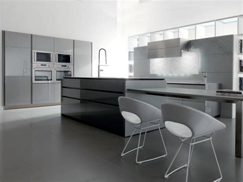 Superbe Cuisine Grise Et Blanc #5: cuisine-blanche-grise-25-designs-WIND-LACQUERED-TONCELLI-CUCINE-chaises-blanches-armoires-gris-clair-blanc.jpg