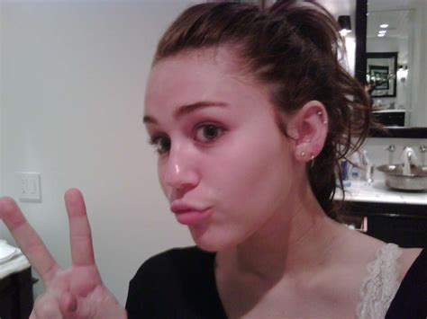 see how miley cyrus looks without makeup in her real life