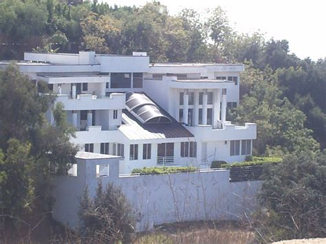 Leonardo Dicaprio House | leo dicaprio faces neighbor trouble in his hollywood hills