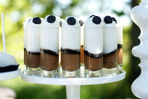 bicchieri di cioccolato bicchierini con cioccolato e panna torte al cioccolato