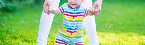 ab wann können kinder laufen laufen lernen wann lernt mein baby laufen babyplaces