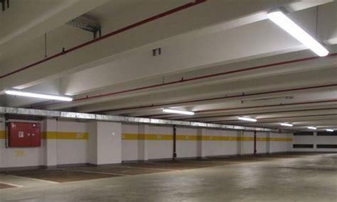 beleuchtung tiefgarage 180 000 led chips machen ein parkhaus zur sparb 252 chse