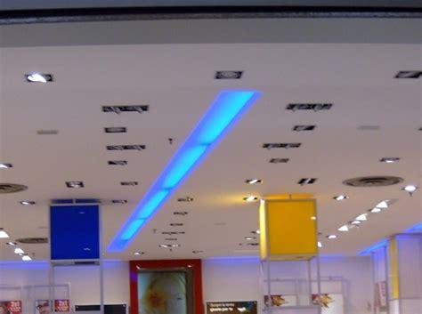 neon controsoffitto foto controsoffitto con neon azzurri incassati di