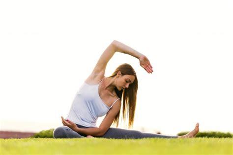 imagenes yoga mujer joven y bella mujer haciendo yoga en la calle descargar