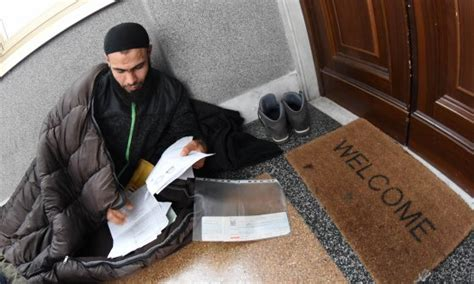consolato tunisino palermo non gli danno il passaporto tunisino si cuce la bocca per