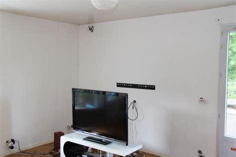 Accrocher Tv Mur Sans Voir Fils by 171 Installer Sa Tv Au Mur Conseils Astuces Et Photos