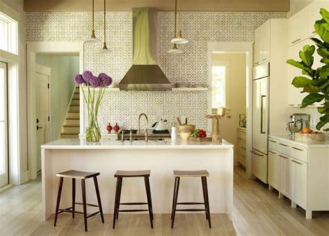 koloritni enterijer koji spaja dnevnu sobu  kuhinju