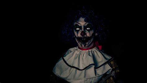 imagenes a blanco y negro de miedo del creepypasta a la realidad payaso aterroriza a vecinos