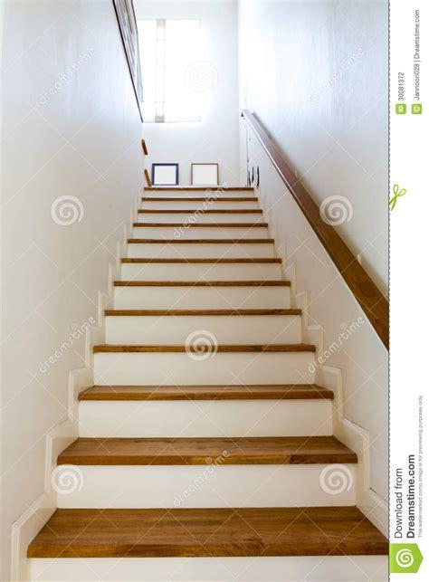 handlauf innen h 246 lzerne treppe und handlauf stockfotografie bild 30081372