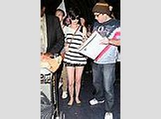 Anne Hathaway Greets Mob of Fans After Bikini Vacation ... Anne Hathaway Oscar Incident