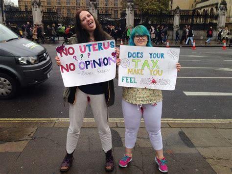 assorbenti interni tax ton tax protesta delle donne davanti al parlamento inglese