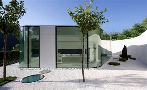 gently curved glass house modern design by moderndesign org