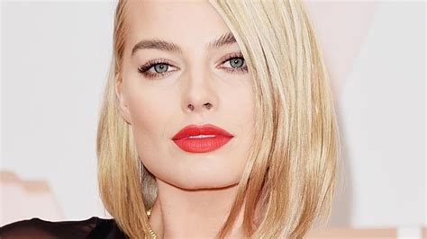 oscars 2015 makeup was all about bold lips huffpost margot robbie on oscars red carpet 2015