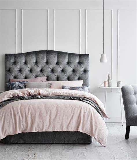 agréable Chambre Grise Et Rose Poudre #1: peinture-chambre-adulte-lit-gris-linge-de-lit-gris-rose-noir-fauteuil-gris-peinture-mur-blanc-decoration-%C3%A9l%C3%A9gante.jpg