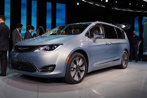 2017 dodge minivan town and country is dead 2017 chrysler pacifica reinvents