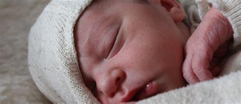 baby zum schlafen bringen baby ohne stillen zum schlafen bringen gesunde ern 228 hrung