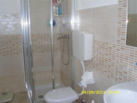 rivestimenti bagno foto foto bagno completo con rivestimento moderno opaco di