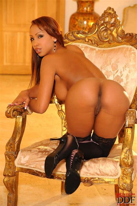 Sexy Ebony Vixen Shows Hot Ass pichunter