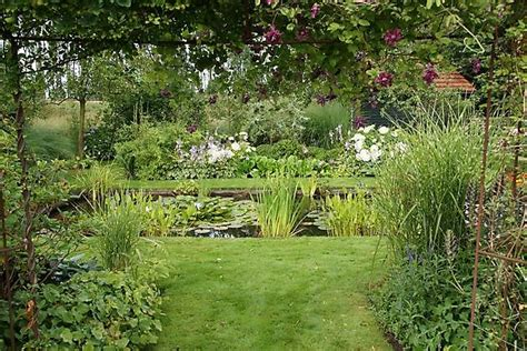 in nachbars garten het tuinpad op in nachbars garten