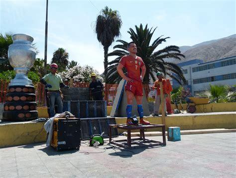 alexis sanchez statue comenz 243 la instalaci 243 n de la estatua de alexis s 225 nchez en