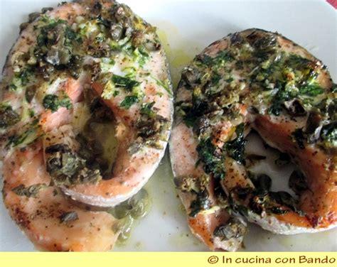 cucinare trancio di salmone tranci di salmone al cartoccio in cucina con bandoin