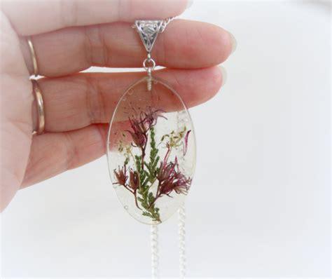 gioielli con fiori collane ciondoli e girocollo catturano la magia di