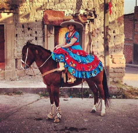 mujer con caballo charreria vestidos mexicanos mujer de a caballo desfile