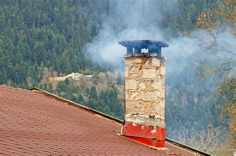 fumo camino camino e fumo fotografia stock immagine di fumare casa