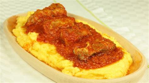 cucinare le costolette di maiale polenta al sugo di costolette ricette di cookaround