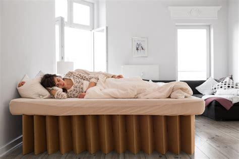 bett aus pappe schlafen auf wellpappe