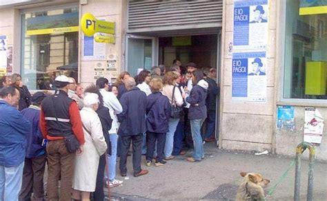 ufficio di collocamento roma orari troppa fila alle poste perde la testa rompe tutto e