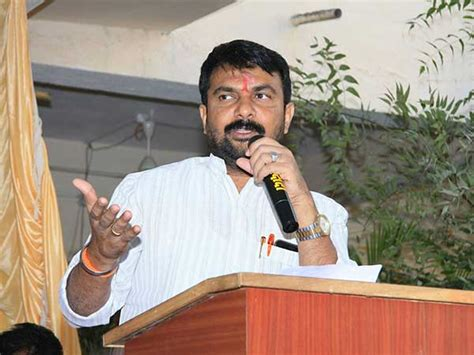 bookmyshow nanded shiv sena mla hemant patil held up train at cst commuters