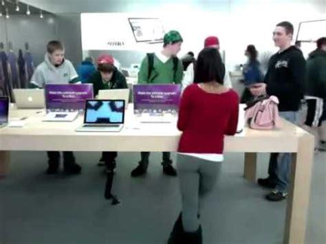 4 Apple Store Indonesia garota na loja da apple