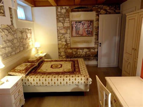 da letto semplice camere da letto in stile rustico muri in pietra a vista e