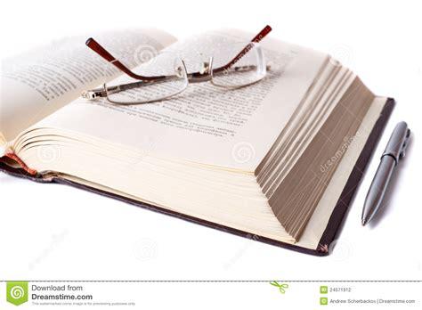 libro the a z libro abierto con los vidrios y la pluma fotograf 237 a de archivo imagen 24571912