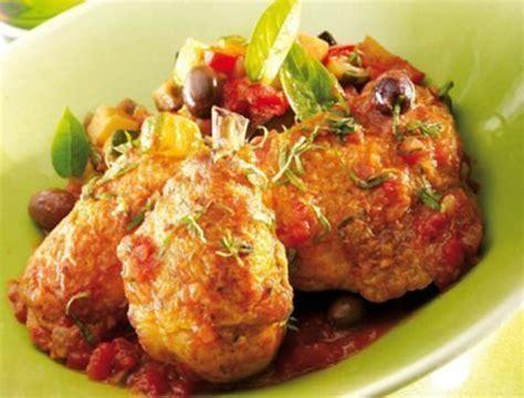 cuisiner le coq fricass 233 e de poulet aux olives et basilic recette du