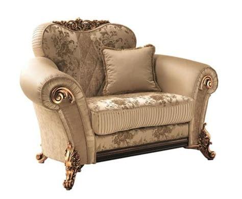 poltrona morbida poltrona morbida con decori dorati ricca ed elegante